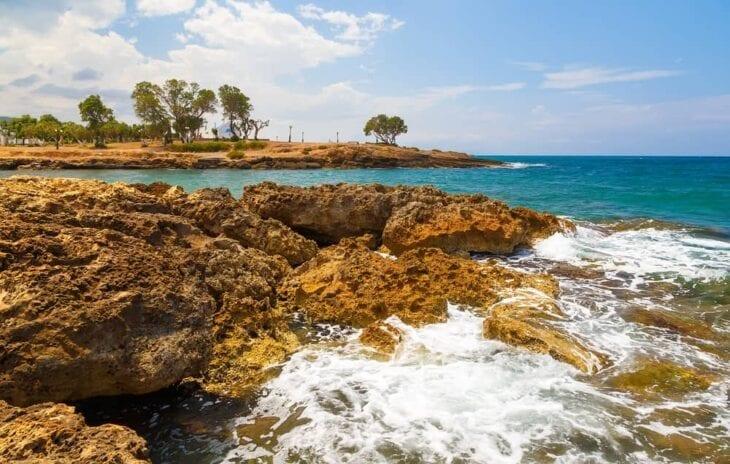 rotsen aan de kust van de zee van Gouves