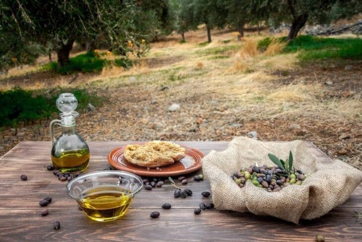Schale und Flasche mit nativem Olivenöl extra