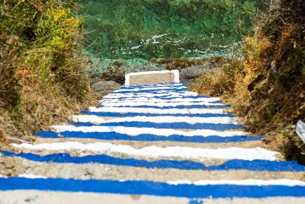 escalier menant à la plage de Varkotopos