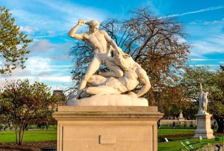 Statue de Theseus combattant le Minotaure