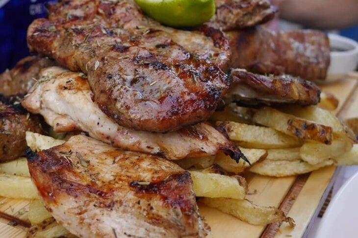 Gegrillte Fleischplatte in der Mezedoscholeio Meze-Taverne