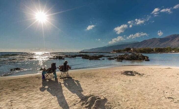 Couple en détente à frangokastello en Crète