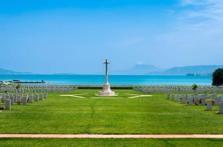 Monument au cimetière de guerre de la baie de Souda