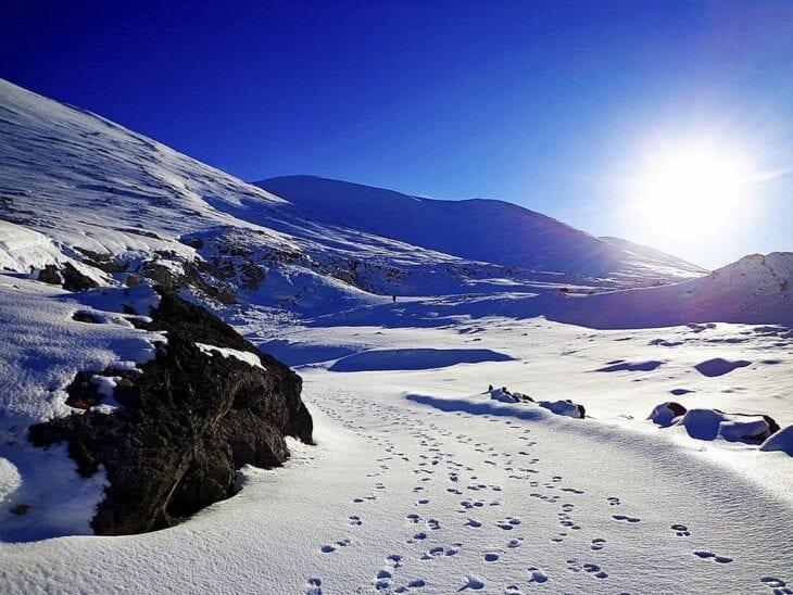 Ślady na śniegu w górach Chanii
