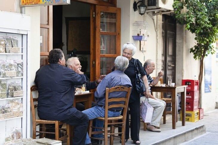 Lokalni seniorzy w kawiarni na Krecie