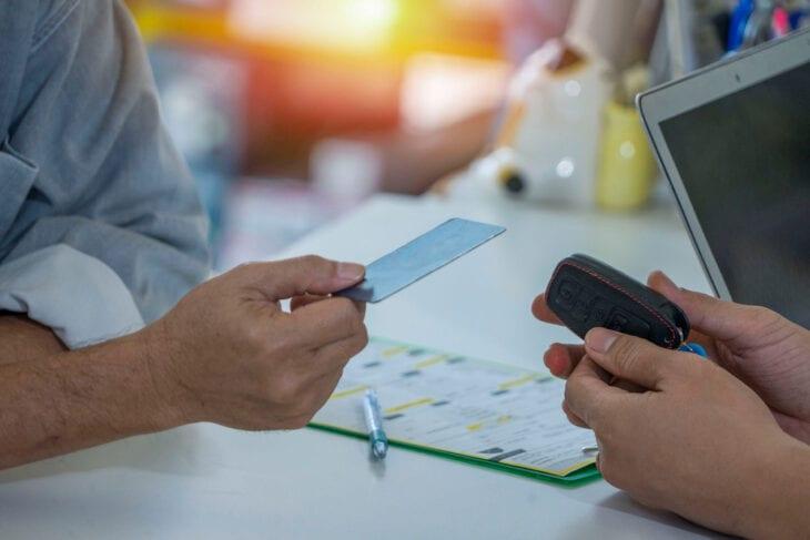 Pagare un deposito per  il noleggio dell'auto con la carta di credito
