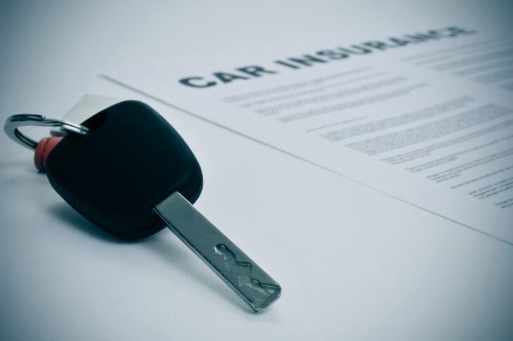 Κλειδί αυτοκινήτου σε ασφαλιστήριο συμβόλαιο