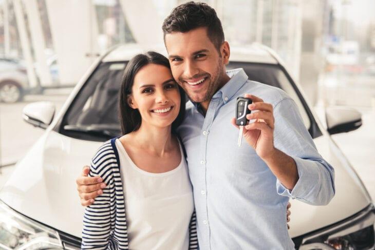 Para odbierająca wypożyczony samochód