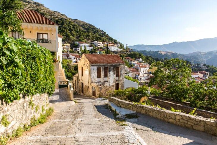 Główna droga w lokalnej wiosce kreteńskiej