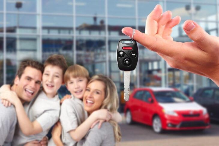 Οικογένεια παραλαμβάνει ενοικιαζόμενο αυτοκίνητο