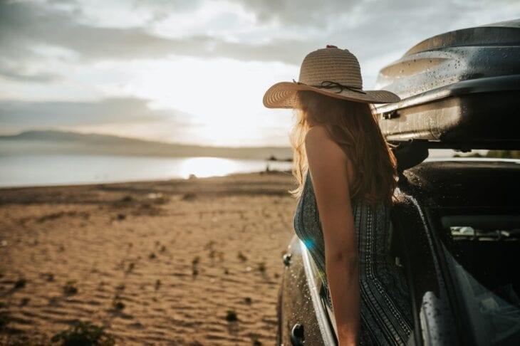 Mädchen mit Hut in einem Mietwagen in Griechenland