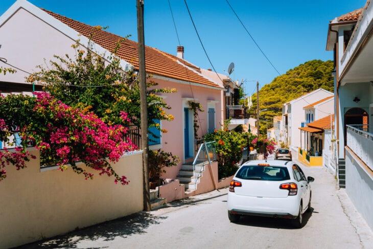 Wynajęty samochód w lokalnej wiosce na Krecie