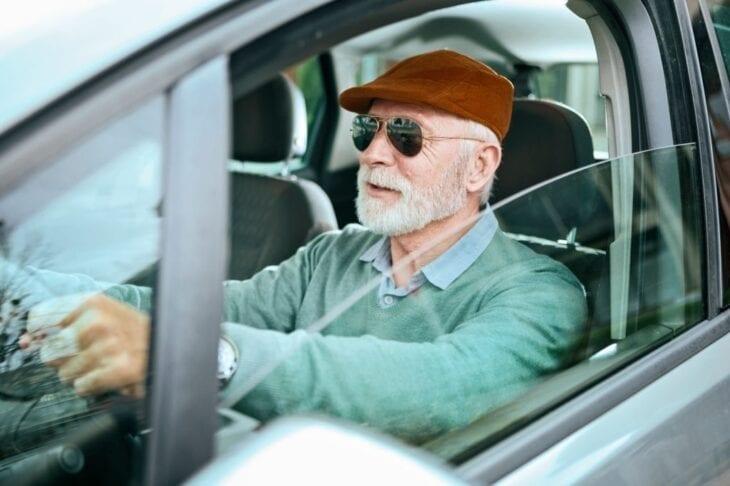 Uomo senior che guida