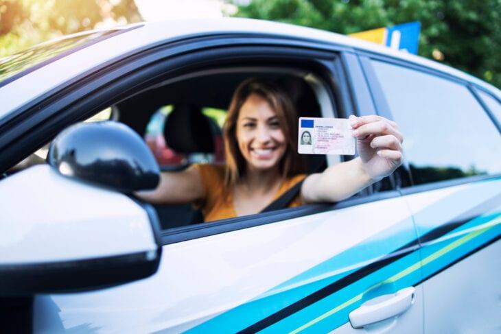 Γυναίκα που κρατάει το δίπλωμα οδήγησής της