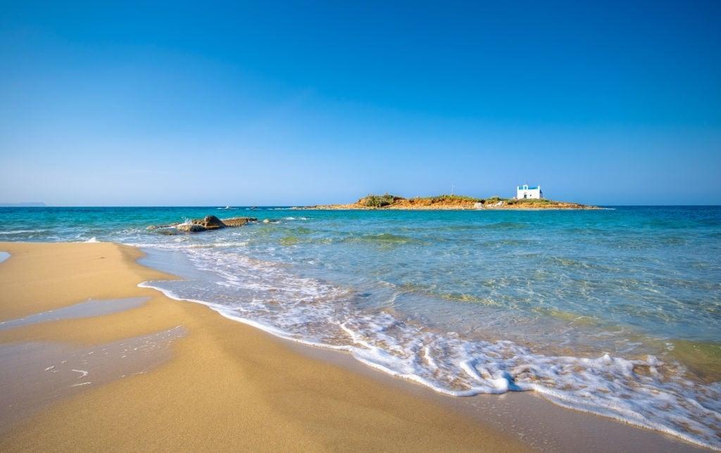 песчаный пляж в Малии